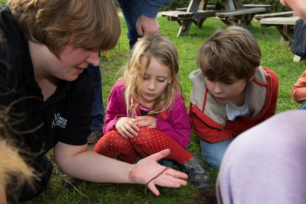 Victoria teaching children about earthworms (c) Earthworm Institute John Hunt